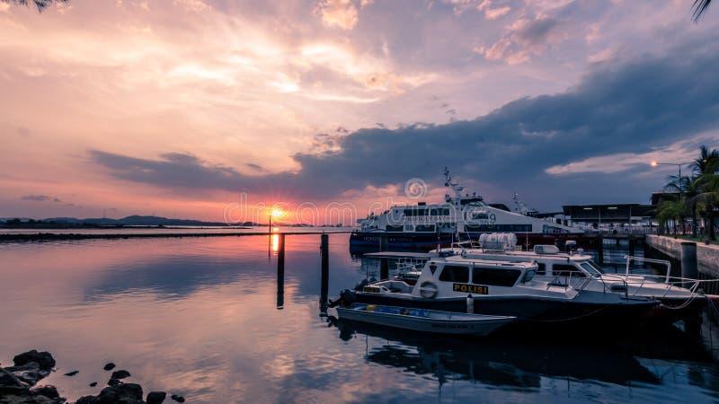 Abend durch das Ufer lizenzfreies stockbild