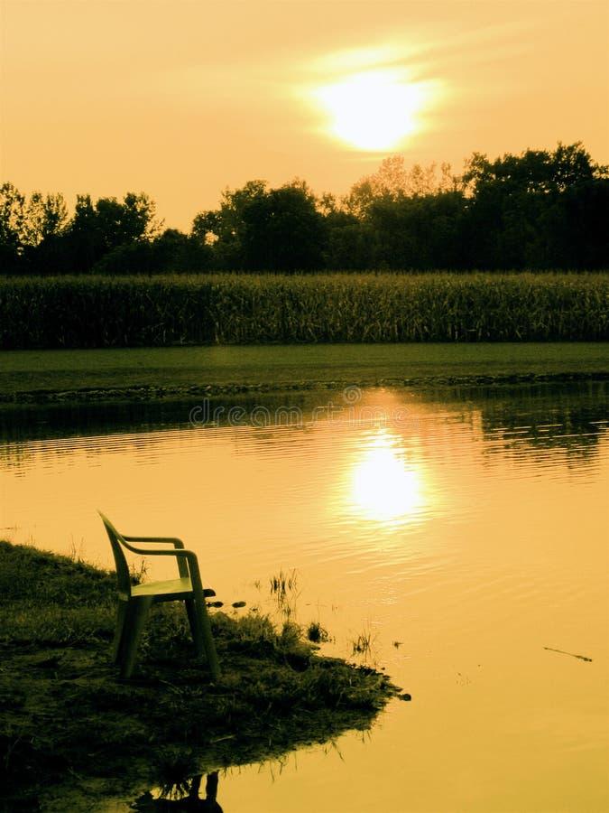 Abend durch einen Teich stockfotografie