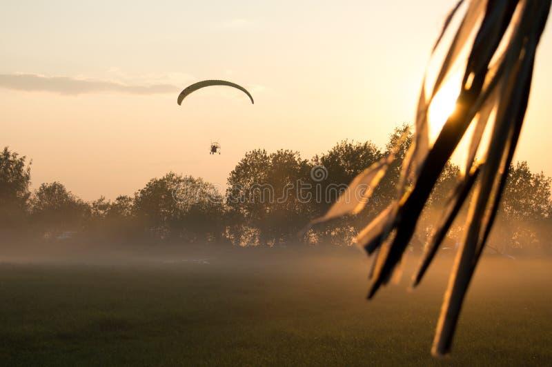 Abend-Flug auf angetriebenem Gleitschirm lizenzfreie stockfotos