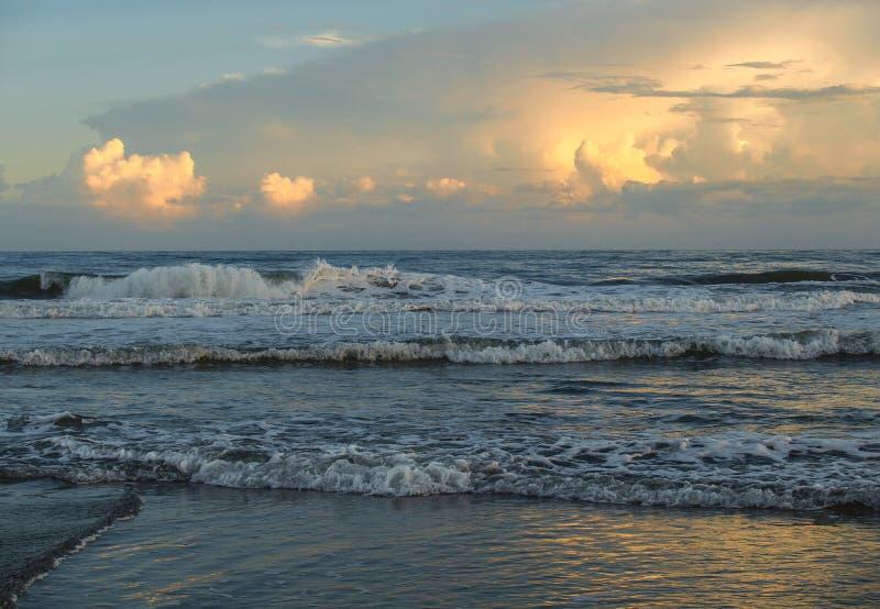 Abend-Glühen am atlantischen Strand, North Carolina lizenzfreie stockbilder