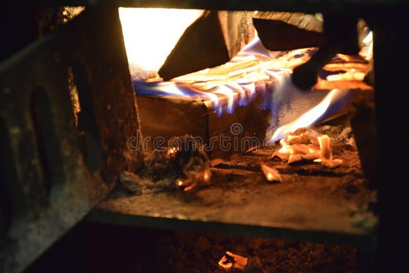 Am Abend im brennenden Holz des Dorfherds lizenzfreie stockfotografie