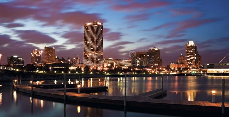 Abend-Panorama von Milwaukee stockbilder
