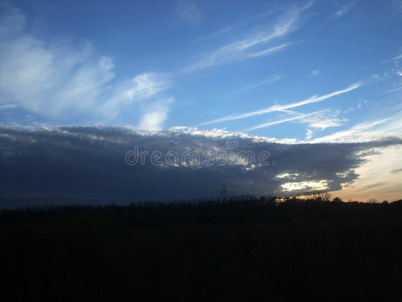 Abend-September-Himmel über dem Feld lizenzfreie stockfotografie