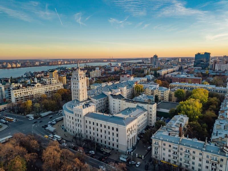 Abend Voronezh Sonnenuntergang Südostbahnverwaltungs-Gebäude- und Revolutionsaussicht Vogelperspektive vom Brummen lizenzfreie stockfotos