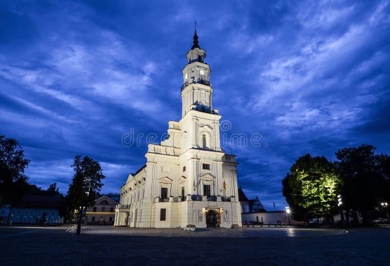 Abendansicht über alte schöne Rathaus von Kaunas, Kaunas Litauen stockfoto