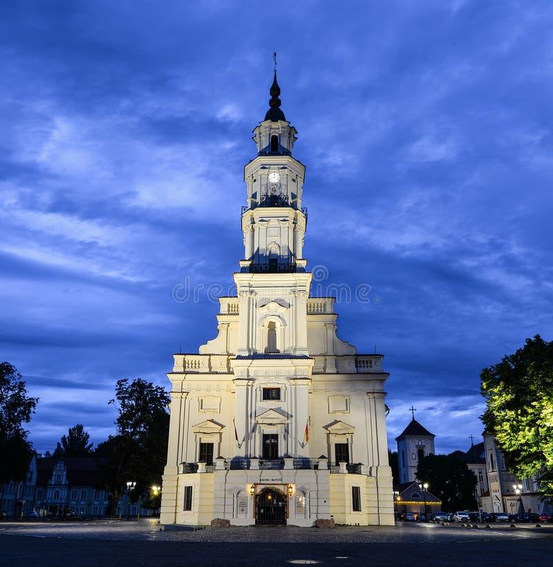 Abendansicht über alte schöne Rathaus von Kaunas, Kaunas Litauen stockfotografie