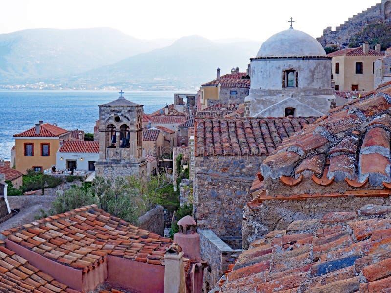Abendansicht über die Dachspitzen in Monemvasia, Griechenland lizenzfreies stockfoto