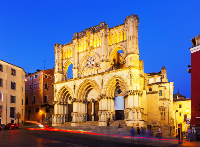 Abendansicht der Basilika unserer Dame von Anmut. Cuenca stockbild