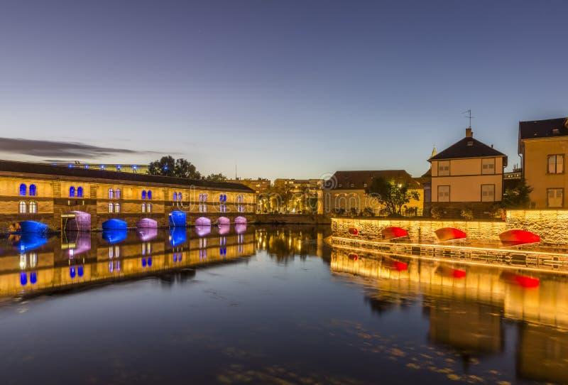 Abendansicht des Dammes Vauban auf dem Fluss-Kranken in der Stadt von Straßburg stockfoto