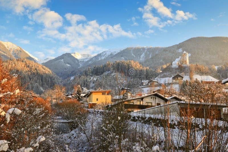 Abendansicht des Stromes, der zu Eis in Schwaz, Österreich macht lizenzfreie stockfotos