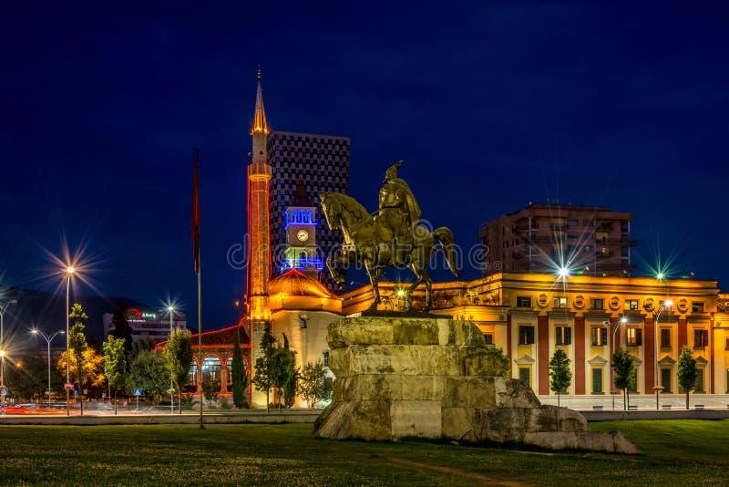 Abendansicht am Skanderbeg-Quadrat lizenzfreie stockfotos