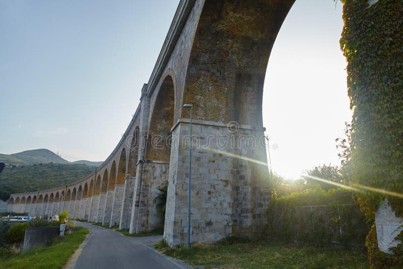 Abendblick auf den Viadukt in der Nähe von Formia, Italien lizenzfreie stockbilder