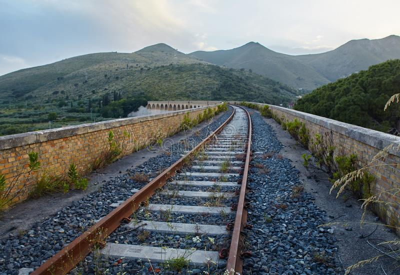 Abendblick auf den Viadukt in der Nähe von Formia, Italien stockfotos
