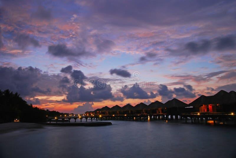 Abenddämmerung auf einem Tropeninselparadies stockbild