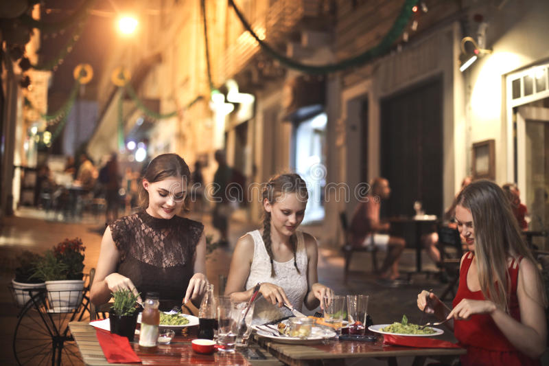 Abendessen auf der Straße stockfotos