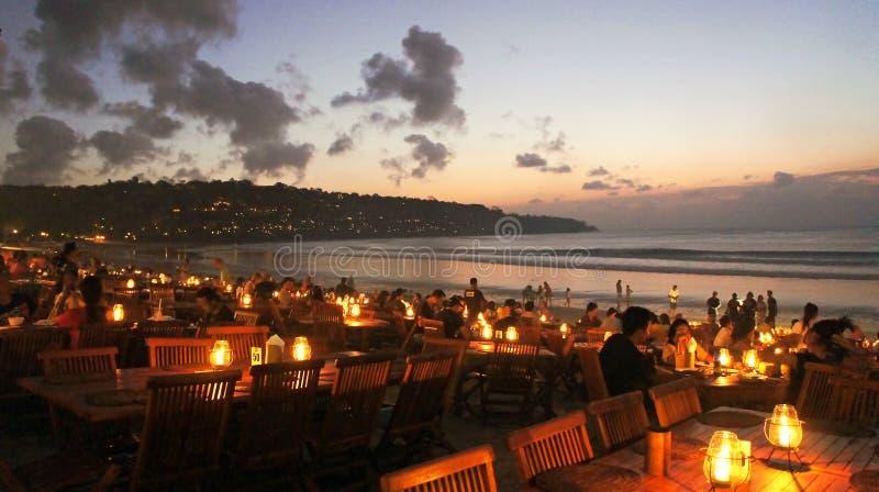 Abendessen durch den Strand stockbild