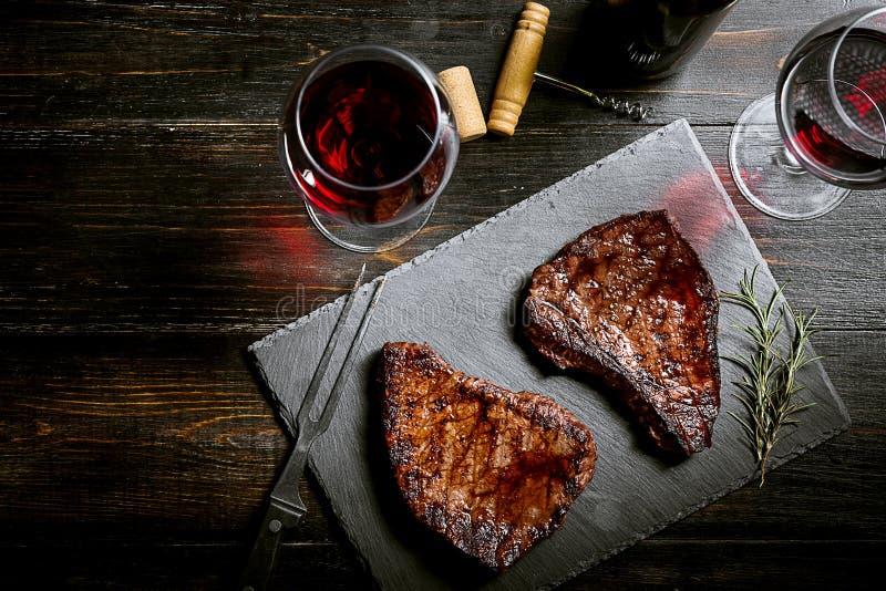 Abendessen für zwei mit Steaks und Rotwein stockfoto
