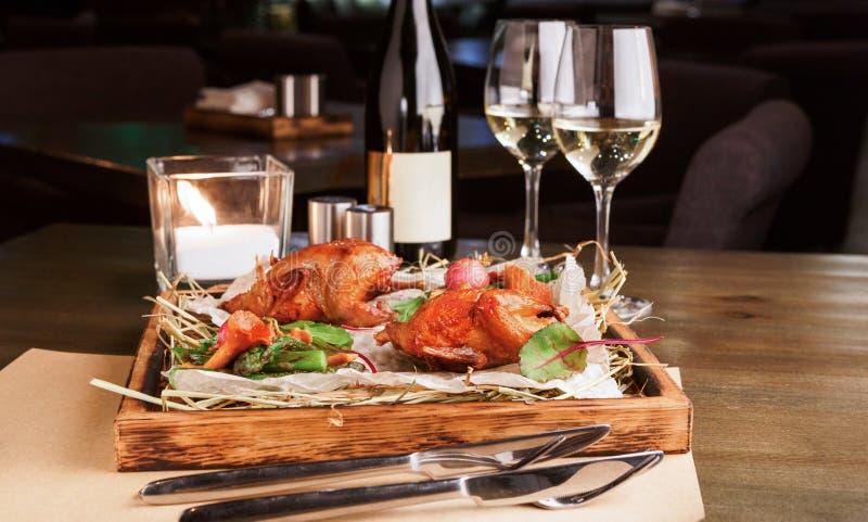 Abendessen für zwei Wachteln gebacken mit Spargel und Pfifferlingen stockfoto