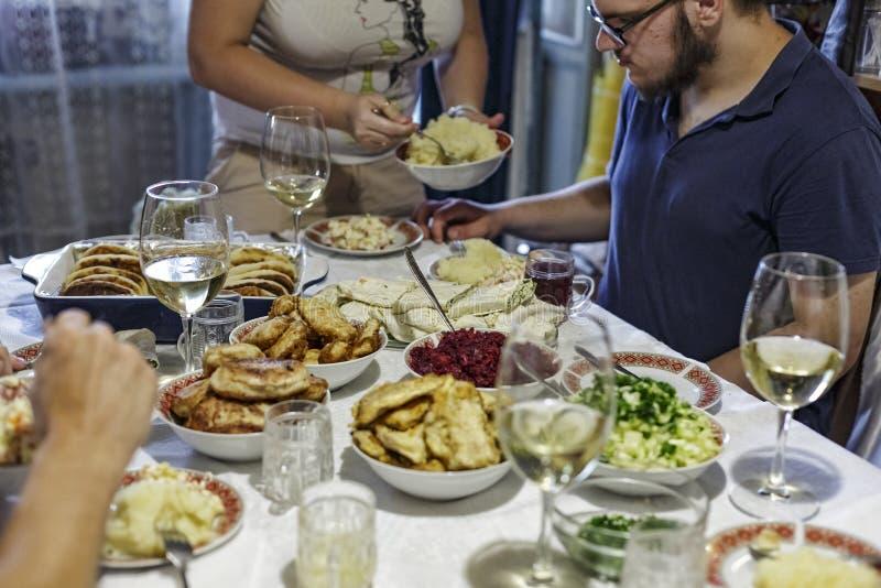 Abendessen, Familie, Tabelle, Fest, Lebensmittel, Versammlung, Gruppe, Mahlzeit, Partei, Leute, Feier, Geburtstag, Danksagung, We stockfoto
