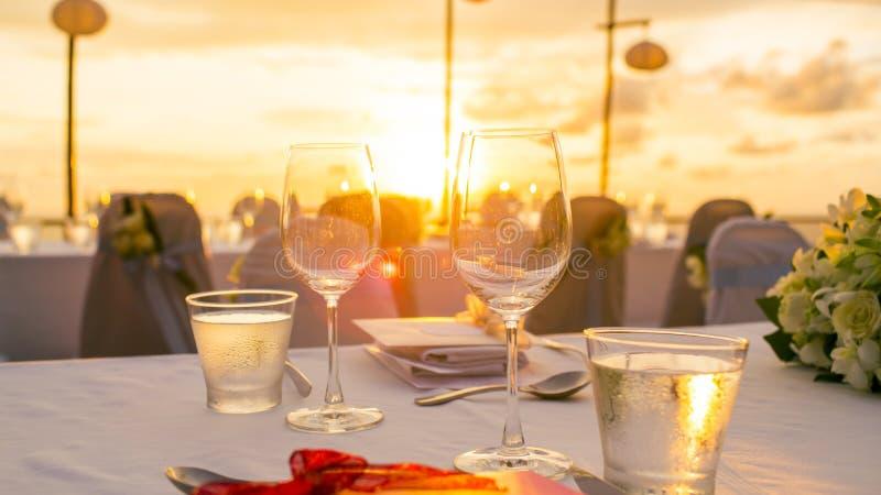 Abendessen gegründet in der Sonnenuntergangzeit stockbilder