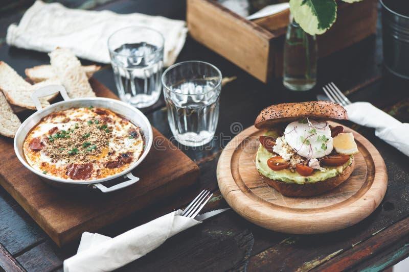 Abendessen im Café mit gesundem Lebensmittel lizenzfreie stockfotografie