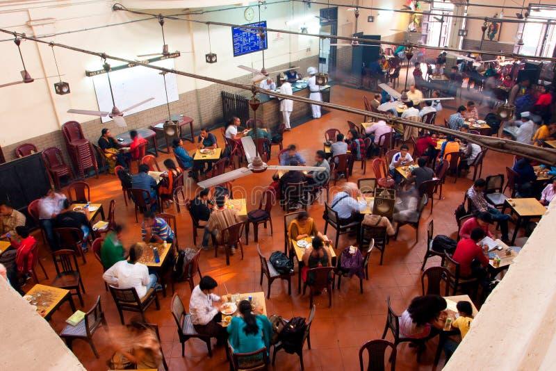 Abendessen im populären indischen Kaffee-Haus lizenzfreie stockbilder