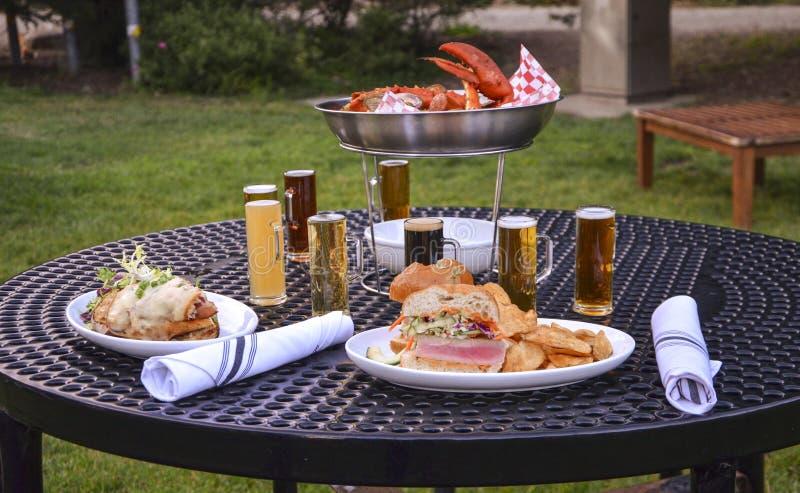 Abendessen mit Bier lizenzfreie stockfotos