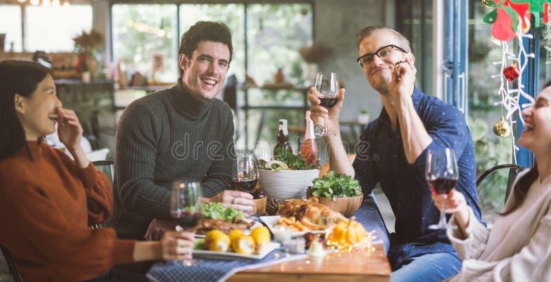 Abendessen mit Freunden Gruppe glückliche junge Leute, die zusammen Abendessen genießen stockbilder