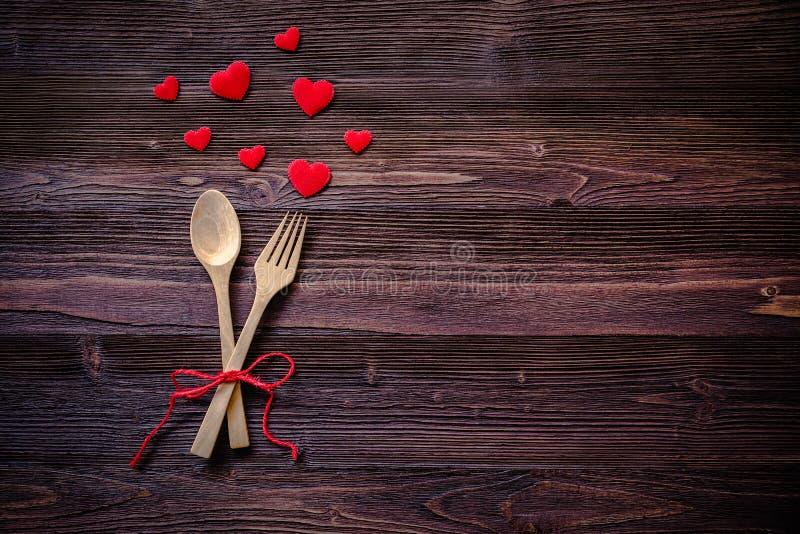 Abendessen mit Gedeck in der rustikalen hölzernen Art mit Tischbesteck, rotes Herz lizenzfreie stockbilder