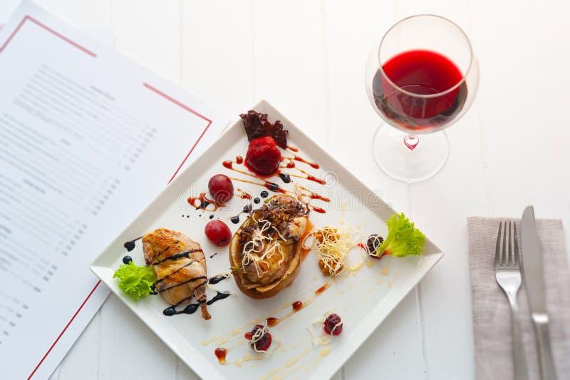 Abendessen oder Mittagessen mit Teller pro eine Person weißer Luxusinnenraum des Restaurants Rotwein und Huhn mit Birne stockbild