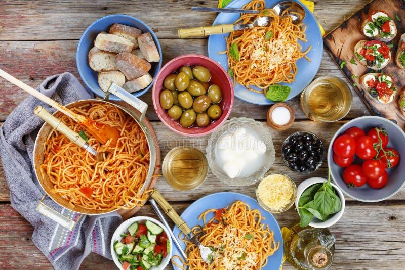 Abendessen tanle Traditionelles italienisches Abendessen im Freien lizenzfreies stockfoto
