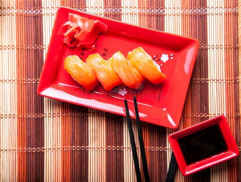 Abendessen von Sushi mit Lachsen lizenzfreie stockfotos