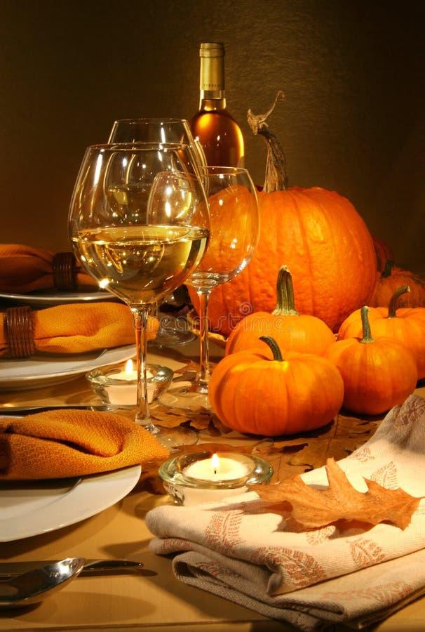 Abendesseneinstellungen mit Wein lizenzfreie stockfotos