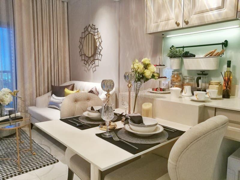 Abendessenraum in der modernen Wohnung lizenzfreies stockbild