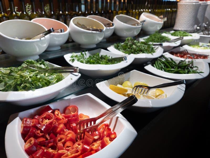 Abendessenzeit in allem einschlie?lichen F?nf-Sternehotel stockbild