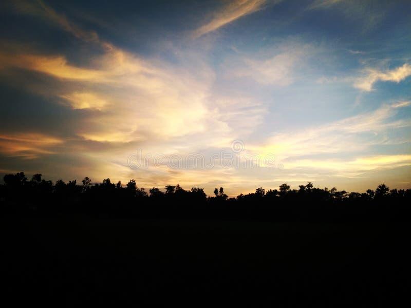 Abendhimmel ist in meinem Dorf schön comilla lizenzfreies stockfoto