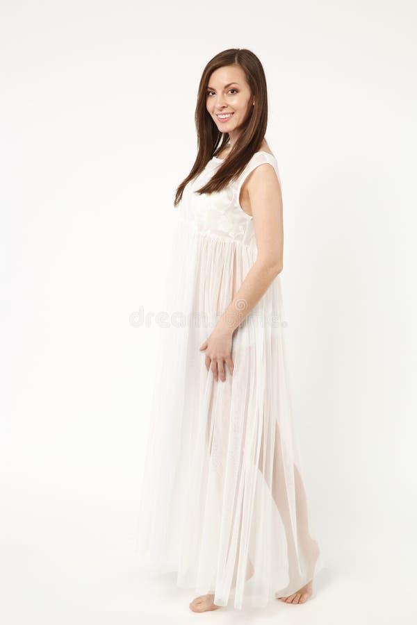 Abendkleiderkleideraufstellung Fotomode-modell-Frau der in voller Länge tragende lokalisiert auf weißem Wandhintergrundstudio stockfoto