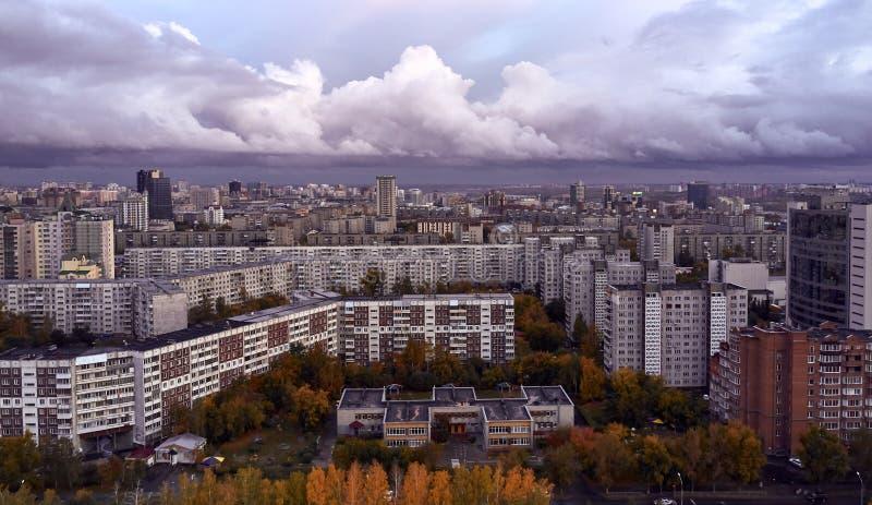 Abendliche Sicht auf die Hauptstadt Sibiriens - Nowosibirsk Große Wolke mitten im Himmel stockfotografie