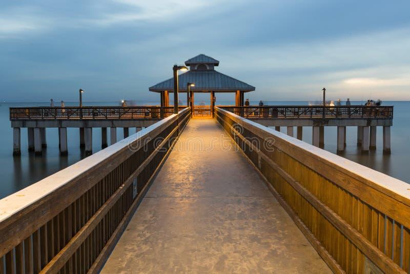 Abendlicht auf dem Fischenpier im Fort Myers Beach stockfotos