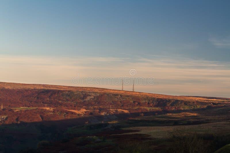 Abendlicht auf Gipfel mit Funkmasten lizenzfreies stockfoto