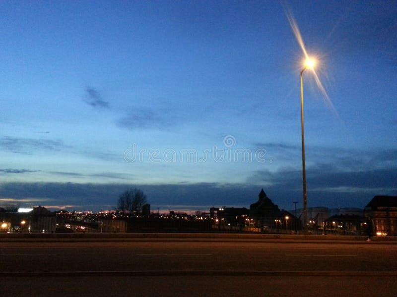 Abendlicht in einem Stadtrecht nach der Sonne stellt ein lizenzfreie stockbilder