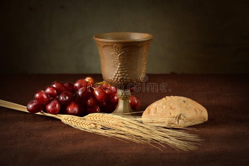 Abendmahlstisch mit Wein-Brot-Trauben und Weizen lizenzfreies stockfoto