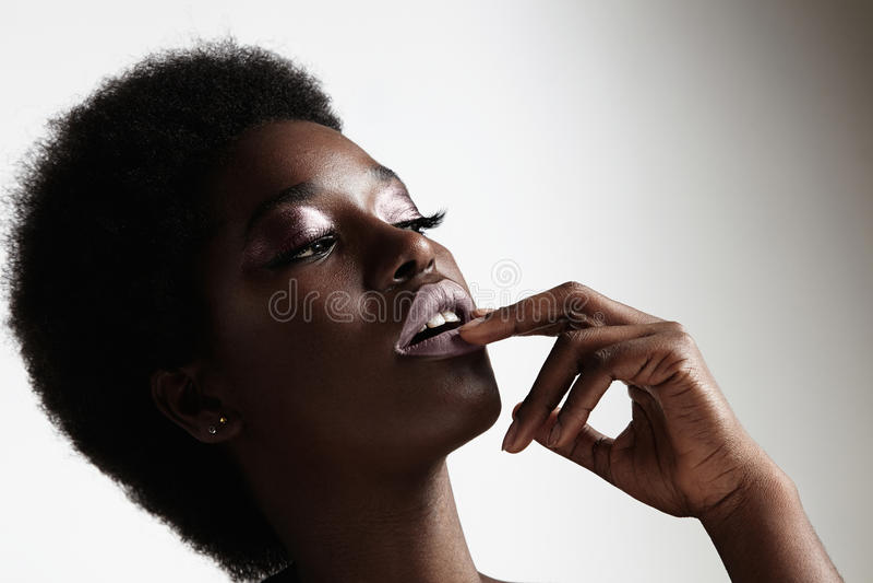 Abendmake-up der schwarzen Frau der Schönheit tragendes und Afrohaar lizenzfreie stockfotografie