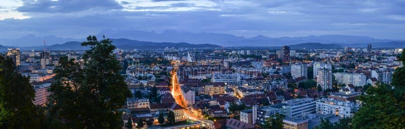 Abendpanoramablick auf altem Stadt- und Stadtzentrum Ljubljanas von Ljubljana ziehen sich, Slowenien zurück Alpen und Panorama vo lizenzfreie stockfotografie