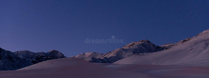 Abendschnee ragt umgebendes Farellones-Dorf empor stockfotos
