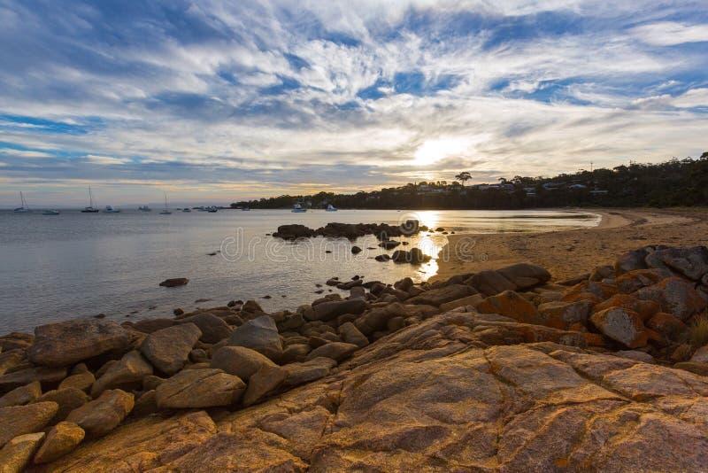 Abendsonnenuntergang auf Nationalparkstrand Freycinet Sonnenlicht reflec lizenzfreie stockbilder