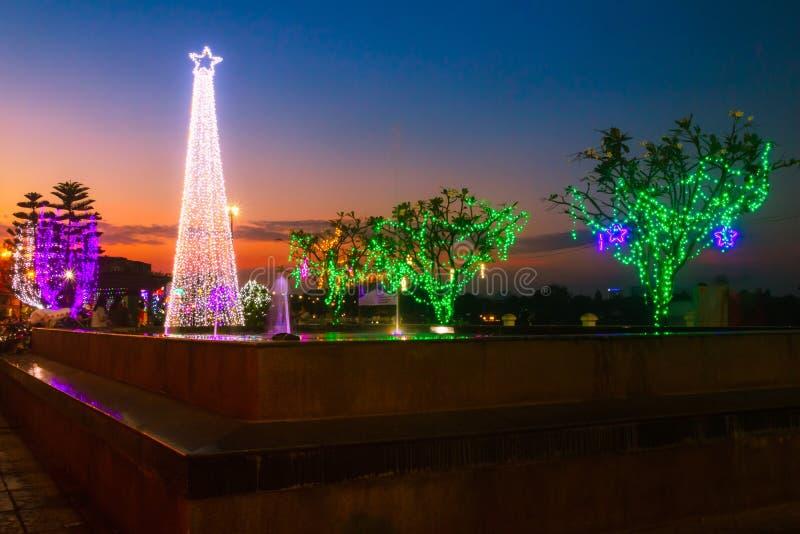 Abendsonnenuntergang in dem neuen Jahr des Parks im Januar Ratchaburi 2018 lizenzfreie stockbilder