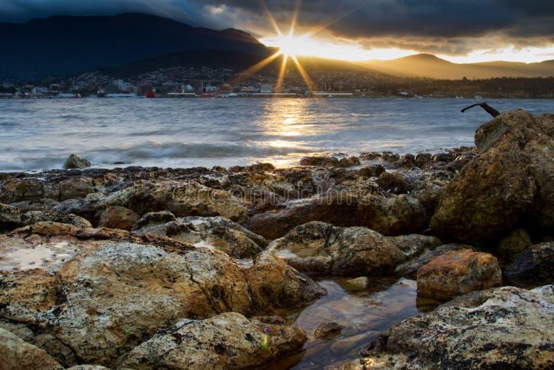 Abendstrand Tasmanien stockfotos