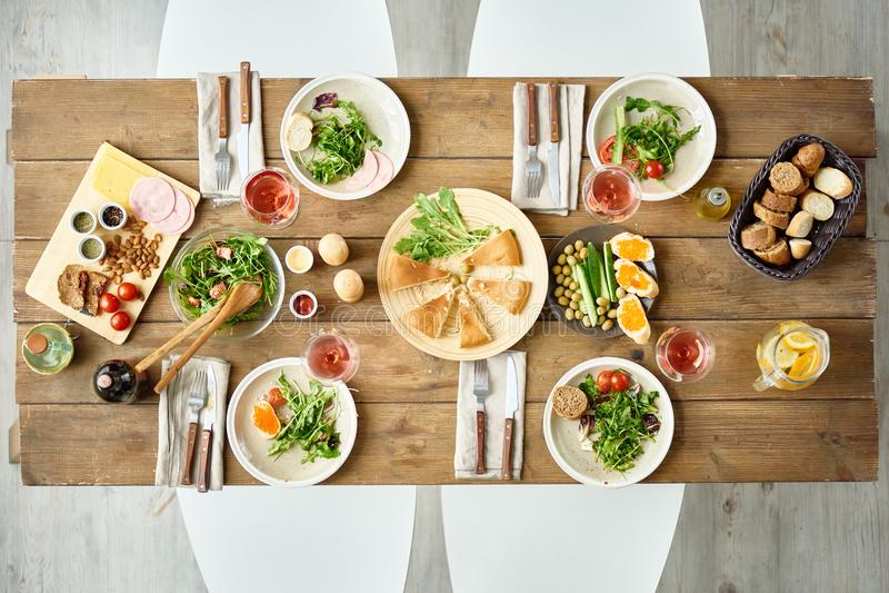 Abendtisch im Café lizenzfreie stockfotografie