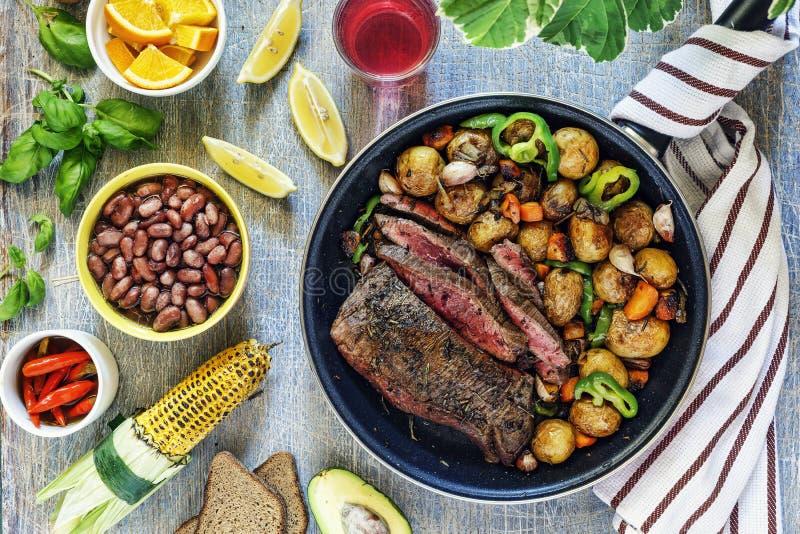 Abendtisch, Rindfleisch, Gemüse, Mischung, grillte, Steak, Wein, Grill, Stein, Hintergrundkonzeptlebensmittel, Draufsicht lizenzfreie stockfotografie